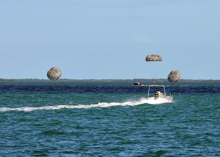 Parachutists from 20th SFGA enter water at Key West (Dec 2013)